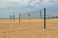 Volleyball de plage Cour de volleyball sur la plage photos libres de droits