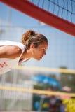 Volleyball de plage Décharge de plage Service de attente de femme d'athlète images stock