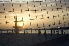 Volleyball de plage de coucher du soleil image stock