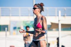 Volleyball de plage femelle de joueur photos libres de droits