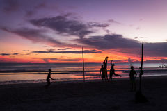 Volleyball de plage pendant le coucher du soleil Photo stock