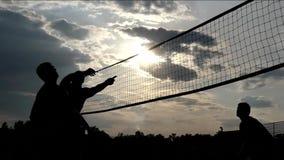 Volleyball de plage professionnel au coucher du soleil dans le mouvement lent clips vidéos