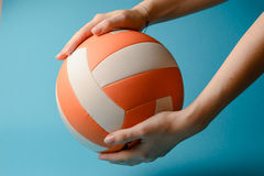 Volleyball in den Frauenhänden Stockfotos