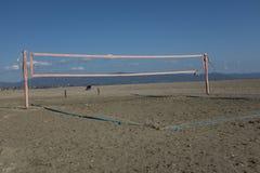 Volleyball an der Küste stockfotografie