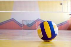 Volleyball in een gymnastiek. royalty-vrije stock foto's