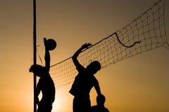 Volleyball het spelen mensensilhouetten royalty-vrije stock afbeeldingen