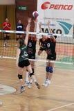 Volleyball - Kampf über Netz Lizenzfreies Stockbild
