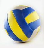 Volleyball mit den blauen und gelben Streifen lizenzfreie stockfotos
