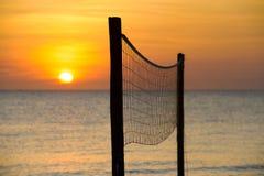 Volleyball netto bij zonsondergang royalty-vrije stock afbeeldingen