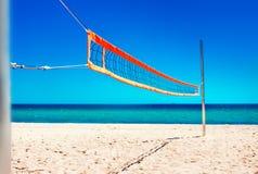 Volleyball netto en leeg strand Overzees Strand en Zachte golf van blauw Royalty-vrije Stock Afbeelding