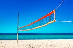 Volleyball netto en leeg strand Overzees Strand en Zachte golf van blauw Stock Afbeeldingen