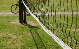 Volleyball netto met fiets stock foto