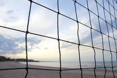 Volleyball netto op de achtergrond van vaag zandig strand stock foto's