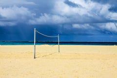 Volleyball netto op de overzeese kust. Stock Fotografie