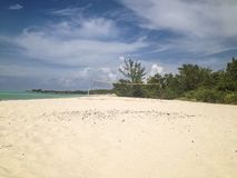 Volleyball netto op een tropisch strand Stock Afbeeldingen