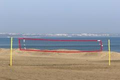 Volleyball netto op een zandig strand royalty-vrije stock foto's