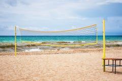 Volleyball netto op een zandstrand in de zomer stock fotografie