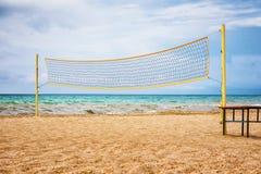 Volleyball netto op een zandstrand in de zomer stock afbeeldingen