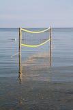 Volleyball netto op het overzees Stock Afbeelding