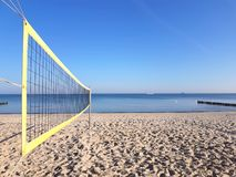 Volleyball netto op het strand royalty-vrije stock foto's