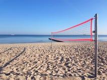 Volleyball netto op het strand stock foto's