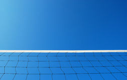 Volleyball netto op het strand stock afbeelding