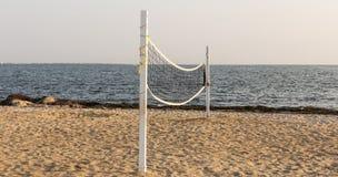 Volleyball netto op het zand stock fotografie