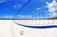 Volleyball netto op strand stock foto's