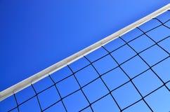 Volleyball netto tegen de blauwe hemel Stock Afbeeldingen