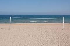 Volleyball-Netz auf dem Strand Stockfoto