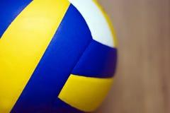 Volleyball op hardhoutvloer Royalty-vrije Stock Afbeeldingen