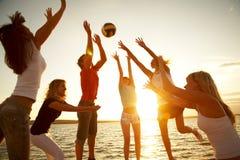 Volleyball op het strand Stock Afbeelding