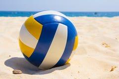 Volleyball op het strand stock foto