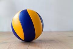 Volleyball op vloer Royalty-vrije Stock Foto's