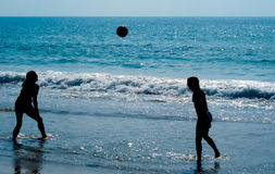 Volleyball sur la plage Photographie stock libre de droits