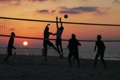 Volleyball sur une plage de Dubaï au coucher du soleil Photo stock
