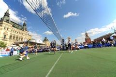 Volleyball in volledige schommeling Stock Afbeeldingen
