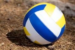 Volleyballbal die op de grond liggen Royalty-vrije Stock Afbeeldingen