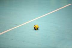 Volleyballball auf dem Boden lizenzfreies stockbild