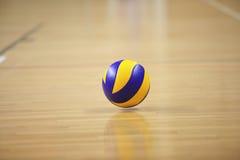 Volleyballball in der Sporthalle stockfotografie