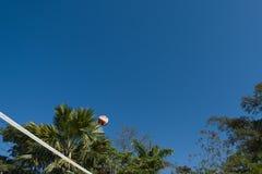Volleyballball zur Luft stockfoto