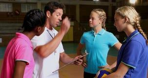 Volleyballbus die aan vrouwelijke spelers 4k spreken stock videobeelden