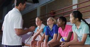 Volleyballbus die aan vrouwelijke spelers 4k spreken stock footage