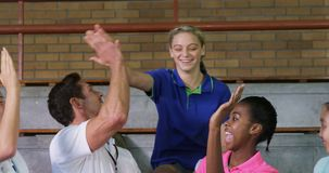 Volleyballbus die hoogte vijf geven aan vrouwelijke spelers 4k stock videobeelden