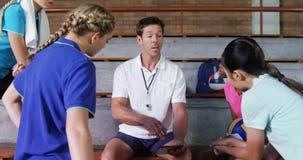 Volleyballbus die met vrouwelijke spelers op digitale tablet 4k bespreken stock footage