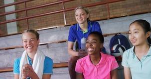 Volleyballbus en vrouwelijke spelers die in het hof 4k toejuichen stock footage