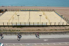 Volleyballfeld auf Brighton-Strand Stockfotos