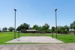 Volleyballhof door gras in een stadspark dat wordt omringd stock afbeeldingen