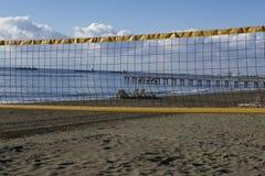Volleyballnetz auf dem Hintergrund des Meeres und der Schiffe Lizenzfreie Stockbilder