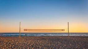 Volleyballnetz auf dem Strand Stockbilder